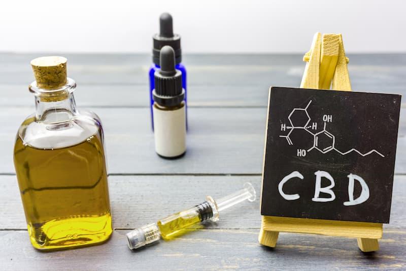 CBD in verschiedenen Flaschen