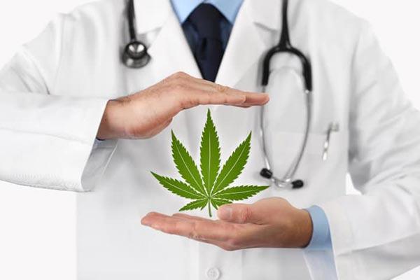 Apotheker-mit-Cannabis-Blatt