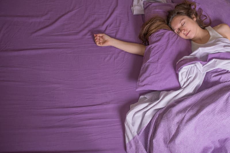Eine Frau schläft gut nach CBD-Anwendung