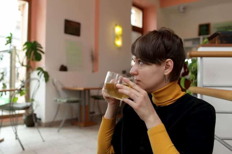 frau-trinkt-hanftee