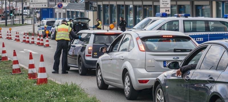 polizist-und-mehrere-autos-bei-kontrolle
