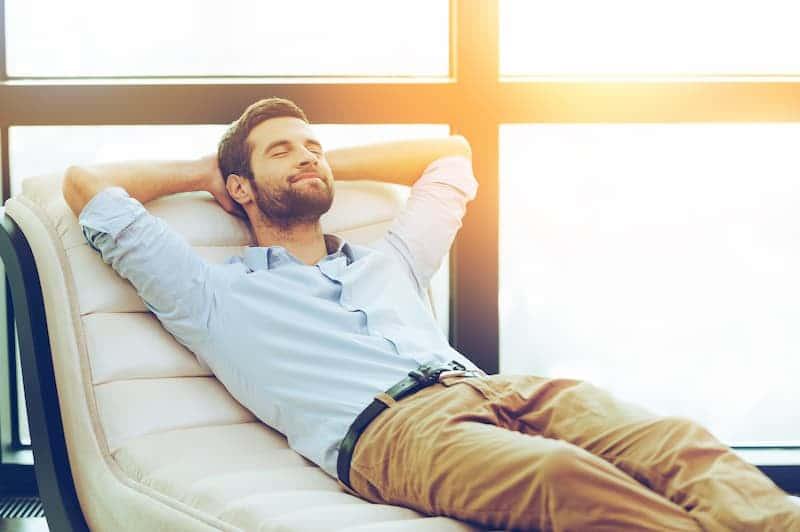 entspannter-mann-mit-funktionierendem-endocannabinoid-system
