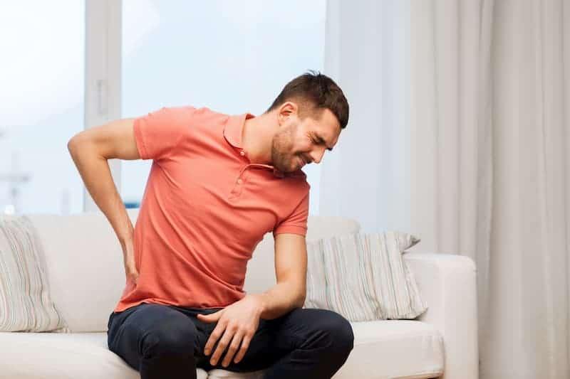 CBG soll eine schmerzlindernde Wirkung haben und könnte diesem Mann bei seinen Rückenschmerzen helfen