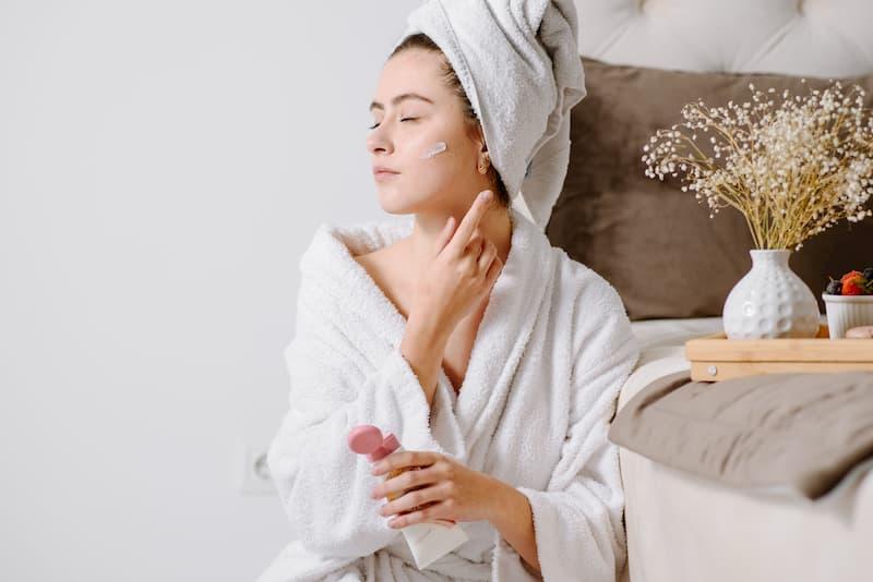 CBD-Cremen kann zur Körperpflege nach der Dusche genutzt werden