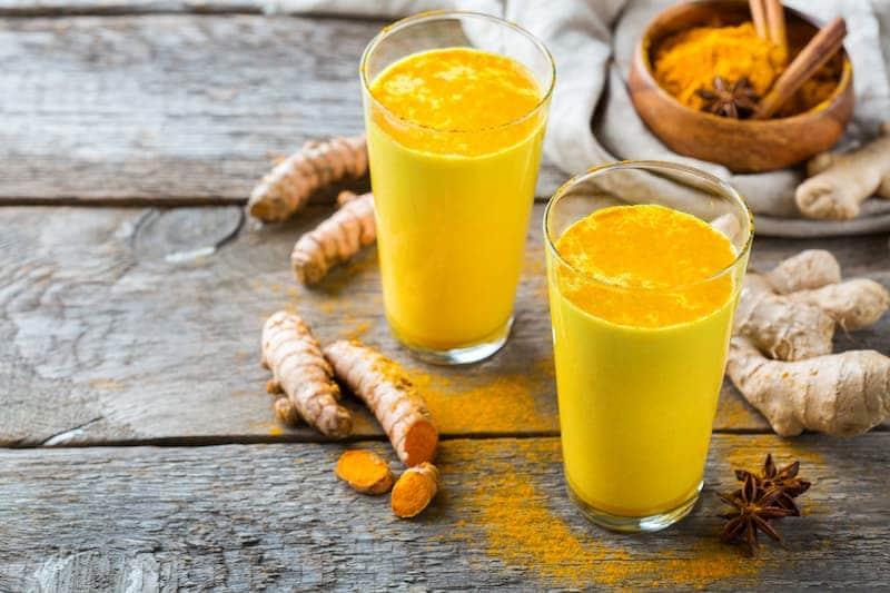 Goldene Milch mit CBD-Öl